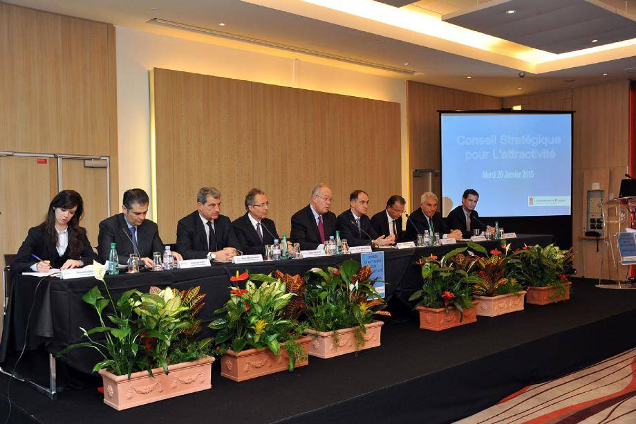Les présidents des cinq commissions du CSA ont présenté le bilan de leurs travaux hier matin en présence du ministre d'État Michel Roger (ici au centre).