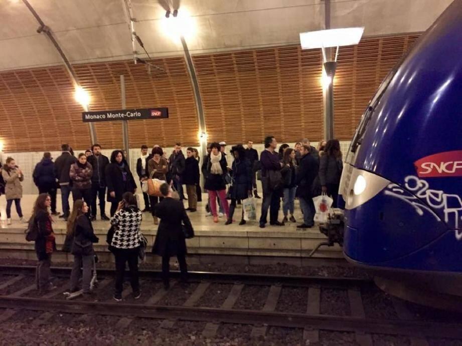 Excédés, les usagers de la SNCF descendent su - 28084841.jpg