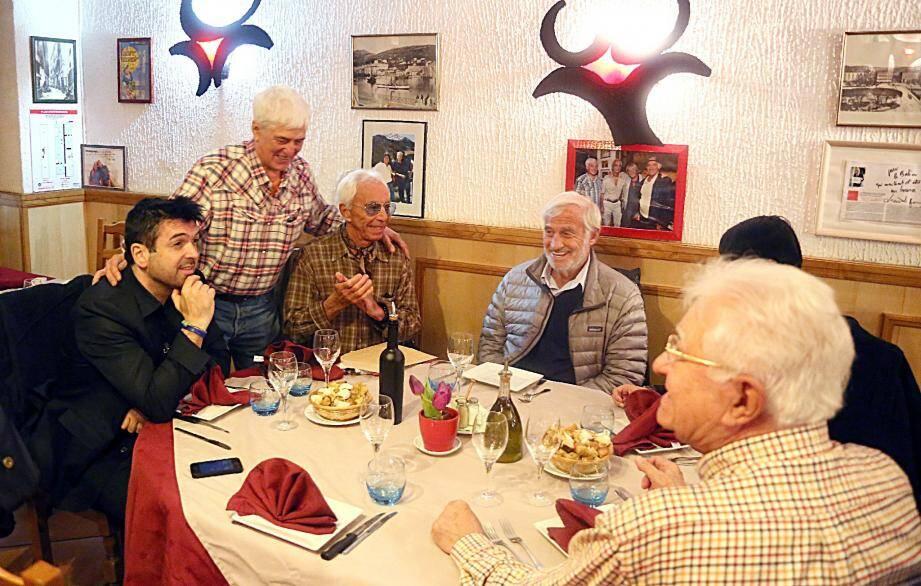 Jean-Paul Belmondo et ses amis ont été accueillis, hier, par Jo Issautier à Lou Balico .