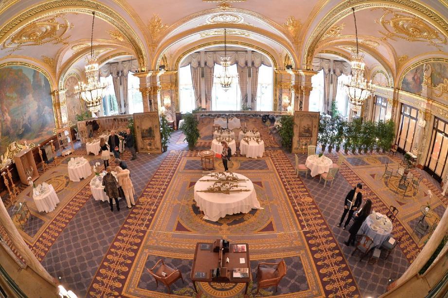 Pas de gala dans la salle Empire, mais des tables nappées pour présenter vaisselles, candélabres et objets divers à disperser sous le marteau.