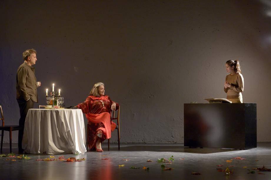 """Françoise Fabian, Eric Caruso et Rachida Brakni dans """"Sonate D'Automne""""."""