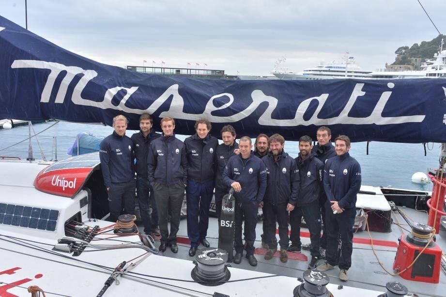 Autour du skipper Giovanni Soldini, la team du Maserati était réunie, hier matin, sur le pont du monocoque qui mouille encore pour quelques jours devant le Yacht-club.