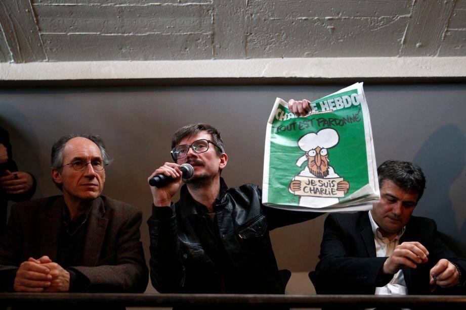 Gérard Biard, rédacteur en chef de Charlie Hebdo, Luz, dessinateur, et Patrick Pelloux, chroniqueur, lors de la conférence de presse donnée ce mardi au siège de Libération.