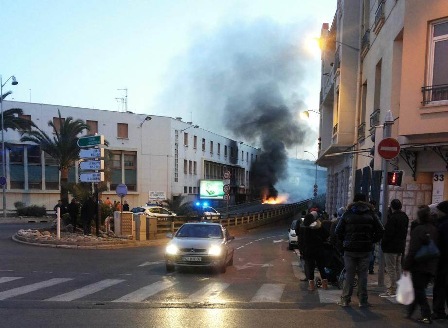 Spectaculaire feu à Nice sous la voie rapide
