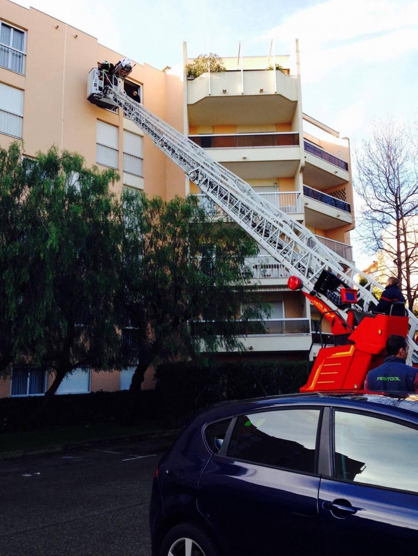 Les pompiers ont déployé la grande échelle.