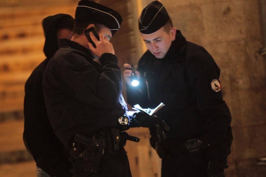 Contrôles de police nationale et municipale dans la vieille ville de Grasse.