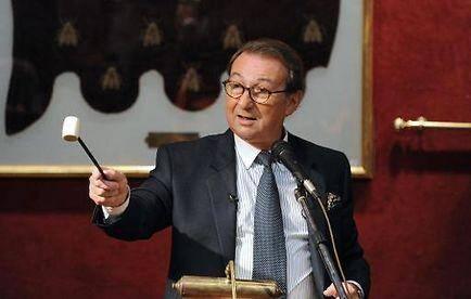 Le 16 novembre dernier, à Fontainebleau, le commissaire priseur Jean-Pierre Osenat procédait à une vente aux enchères où un chapeau de Napoléon avait été acquis pour 1,8 million d'euros