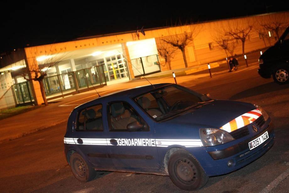 Un véhicule de la gendarmerie devant l'établissement scolaire du collégien décédé