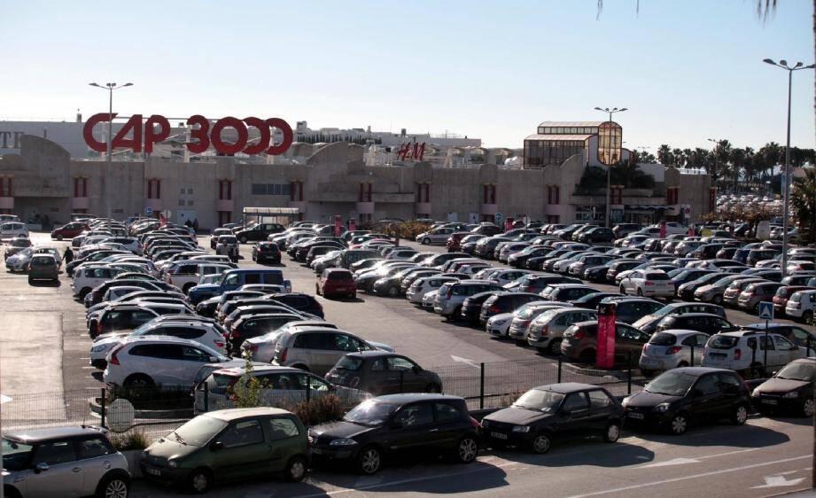 Le parking compte 2 800 places mais 500 sont occupées chaque jour par des « voitures ventouses ».