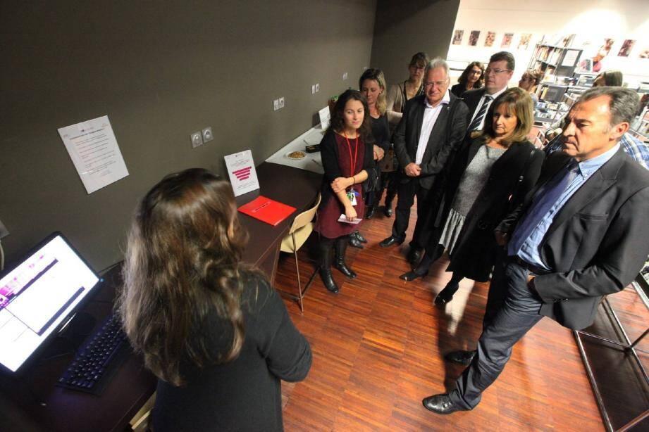 Comme ici, lors de l'inauguration du nouvel espace emploi de la médiathèque, Lionnel Luca et sa municipalité mise sur l'aide aux demandeurs d'emploi.(Archives N.-M.)