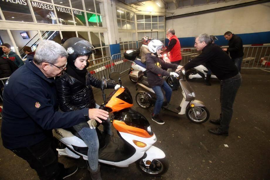 Le parking des Pêcheurs s'est transformé en piste d'essai propre. Scooter, vélos et voitures, tous en électrique !