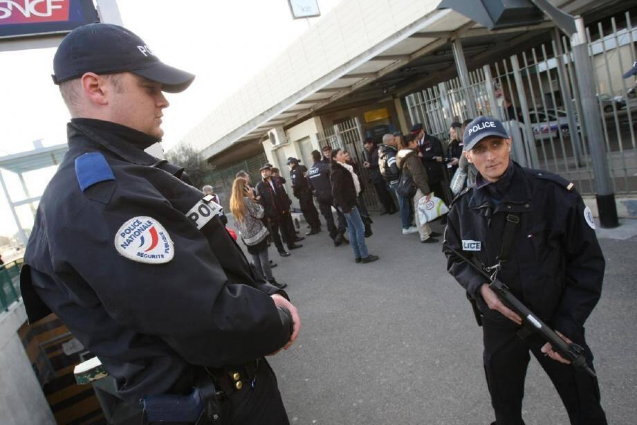 L'armement collectif a été sorti dans le cadre de l'alerte attentat. Même ici, pour une opération classique de bouclage de gare. Aux côtés des agents de la SNCF et sur réquisition du procureur, les policiers procèdent à des surveillances, contrôles et palpations.