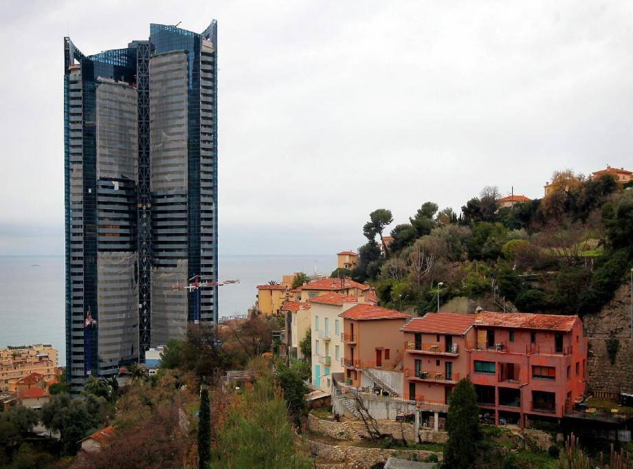 Les travaux de la tour Odéon ont débuté le 4 novembre 2009 sous le nez de riverains de Beausoleil impuissants.