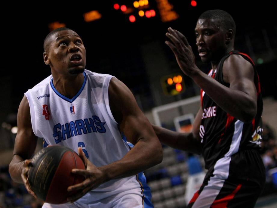 Junior Mbida (ici contre Aix-Maurienne) a excellé au rebond.