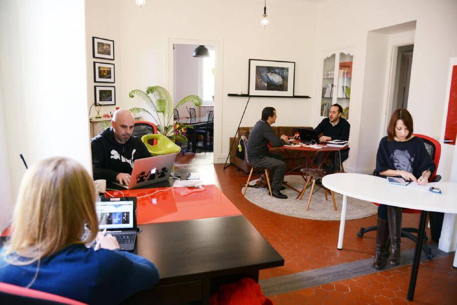 Installés dans un appartement ancien élégamment rénové, « Les six degrés » accueillent une vingtaine de coworkers chaque mois.