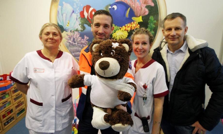 Thierry Bouillon (à droite) et Christophe Visentin et les infirmières du service pédiatrie de l'hôpital.