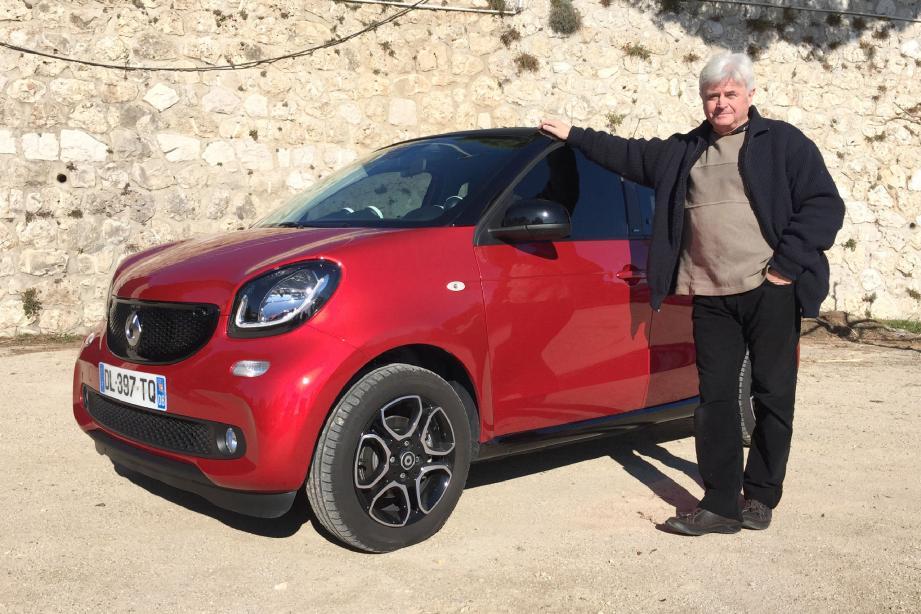 Possesseur d'une nouvelle Renault Twingo, Patrick se livre au jeu des différences en découvrant la Smart Forfour, qui dispose de la même base technique.