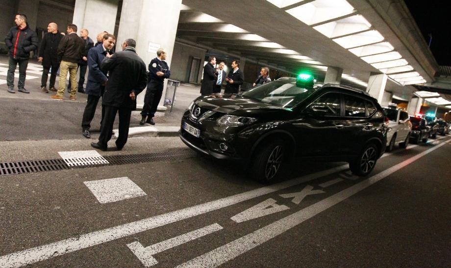 De nombreux chauffeurs de taxis ont manifesté aux abords du véhicule laissé sur place à l'aeroport de Nice par leur président syndical, et pour cause : Patrice Trapani et un collègue étaient en garde à vue vendredi soir !