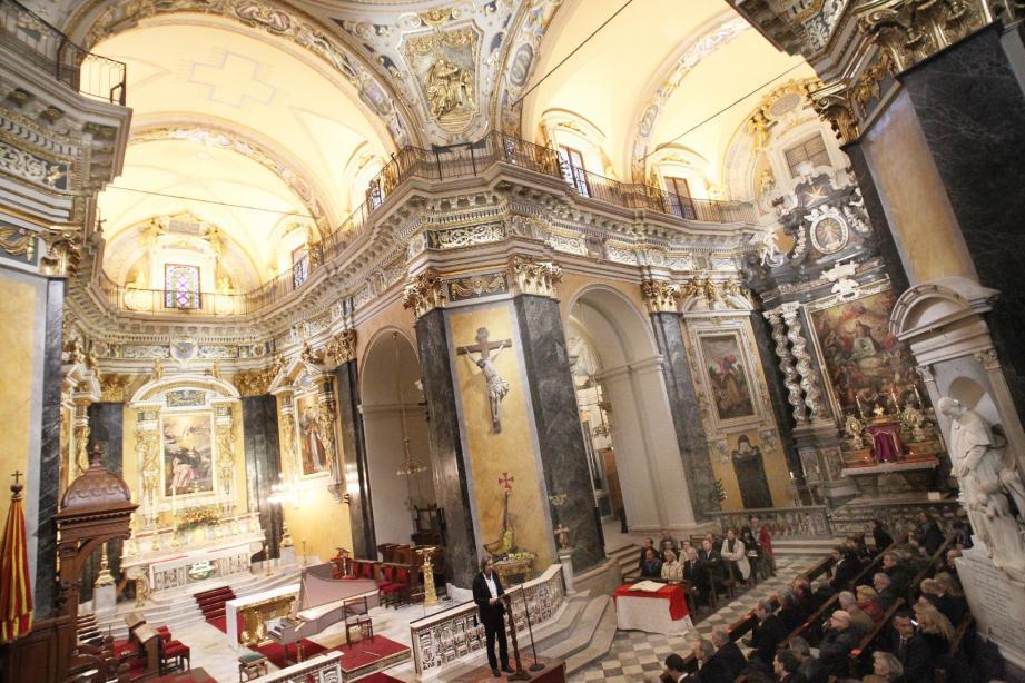 Brillant de mille feux, le chœur de la cathédrale, rénové permet de contempler toute la splendeur du baroque niçois.