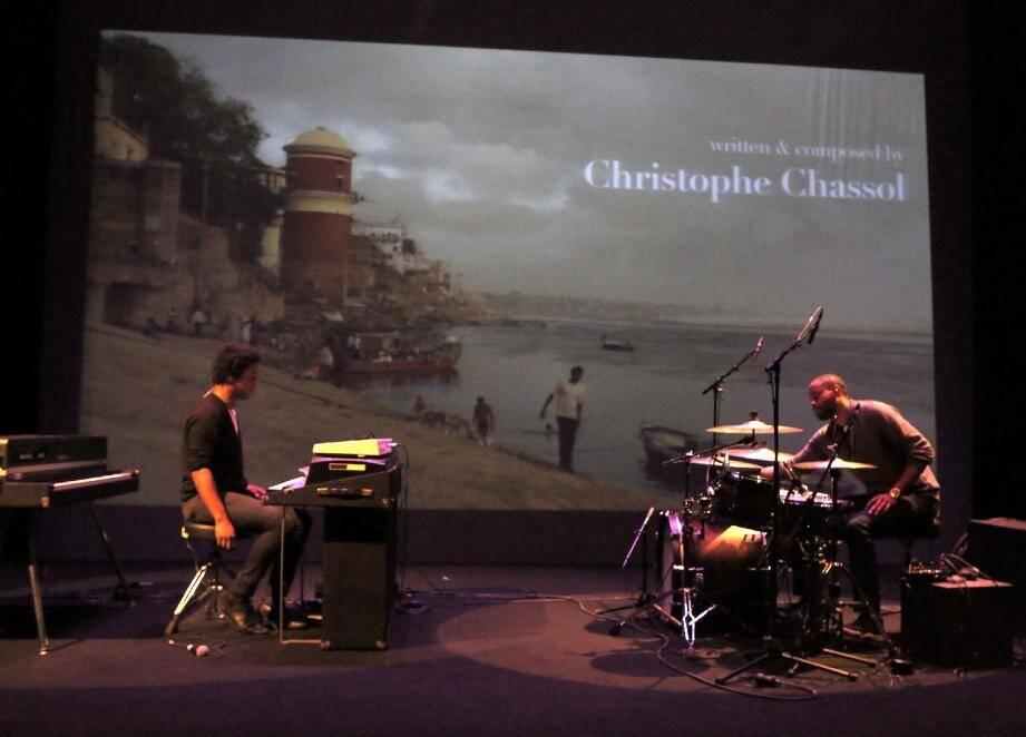 Clavier du groupe Phœnix et notamment arrangeur de Sébastien Tellier, Christophe Chassol développe un projet personnel très convaincant et original.