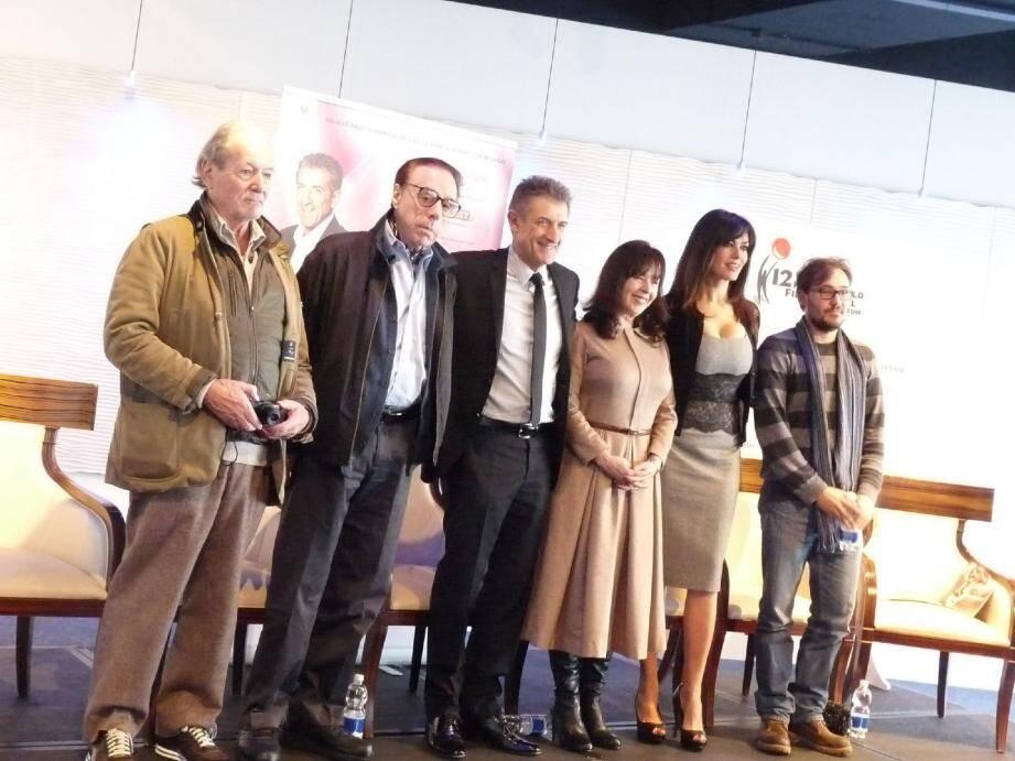 Autour du président Ezio Greggio, une partie des invités du festival réunis hier, parmi lesquels (à gauche) Claude Zidi et Peter Bogdanovich.