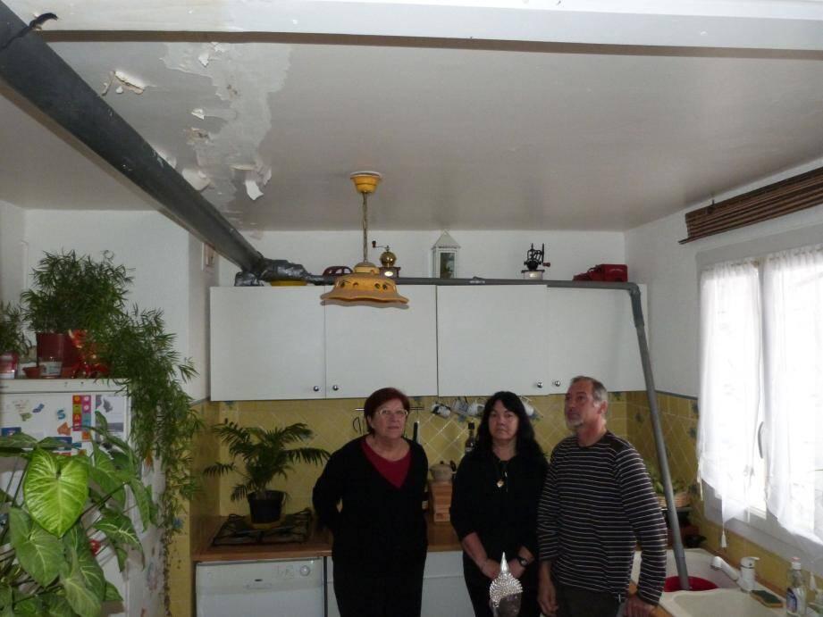 Ici avec Mme Simon, Yolande et Dominique Martinez sont actuellement dépités. Dans leur salon, une longue gouttière a été installée pour récupérer l'eau dans un seau placé dans l'évier. Impuissants, ils constatent que leur plafond s'effrite de plus en plus.