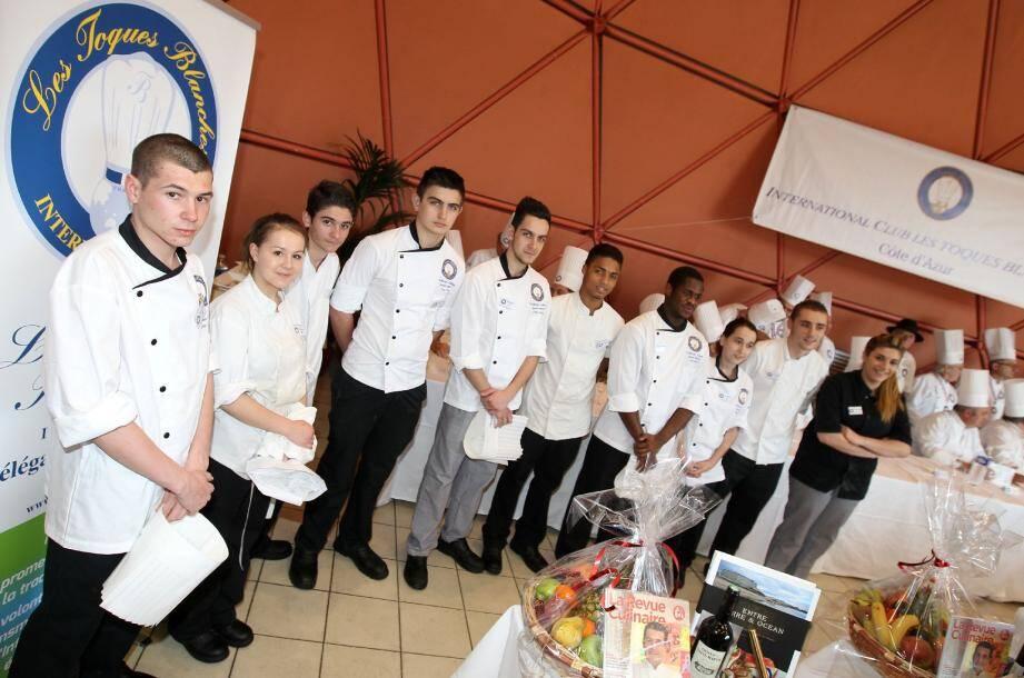 Julien Bonadonna (qui fait ses classes au Carlton) et sa commise - à gauche - ont remporté le concours des Toques Blanches.