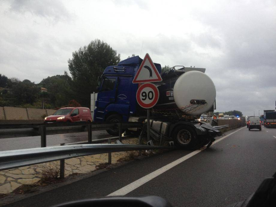 Après deux accidents dans la descente de l'aire du Piccolaret, vers la sortie Mougins, un abaissement de la vitesse de circulation des poids lourds est envisagé.