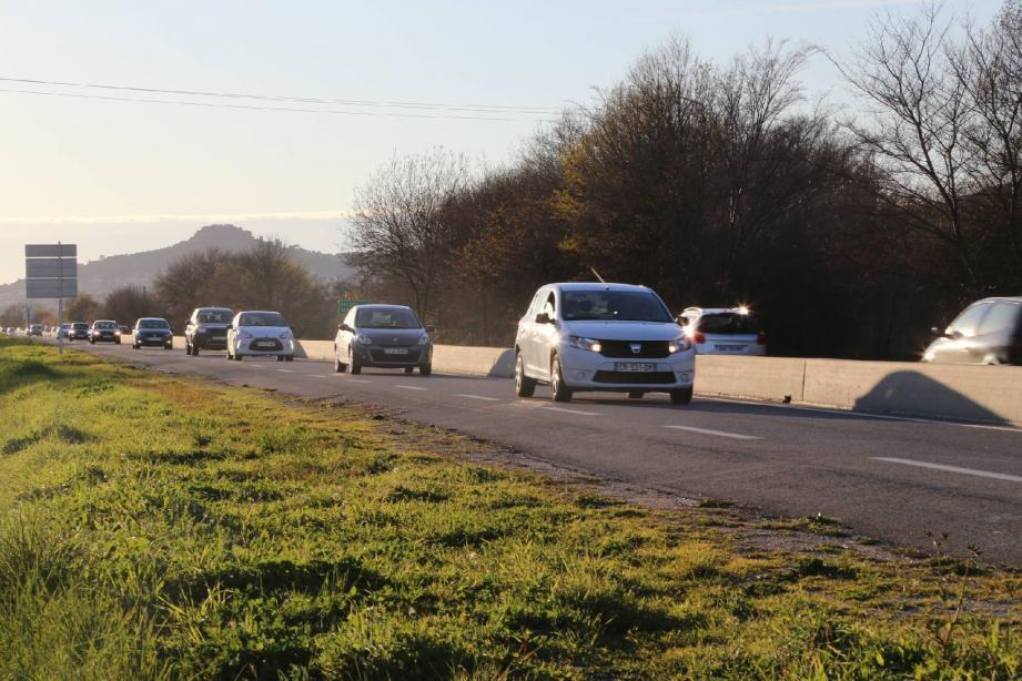 C'est sur cette route, la D58, à la sortie d'Hyères direction La Londe, que le motard a été flashé.
