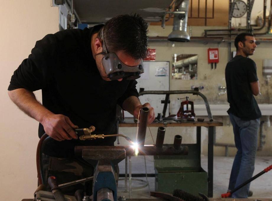 Les métiers traditionnels forment le cœur de l'activité de l'Afpa. Mais les stagiaires découvrent les nouveaux matériaux, les normes en vigueur et les techniques innovantes.