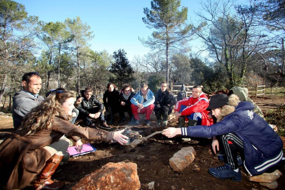 Le groupe de jeunes se retrouve tous les lundis quartier de la Foux ici autour du feu avec la coordinatrice de la Mdls.