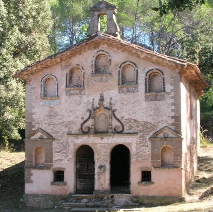 Le côté face de la chapelle que beaucoup ignorent puisqu'elle tourne le dos à la route. Elle présente des niches bordées de coquillages et est surmontée d'un clocheton en chapeau de gendarme.