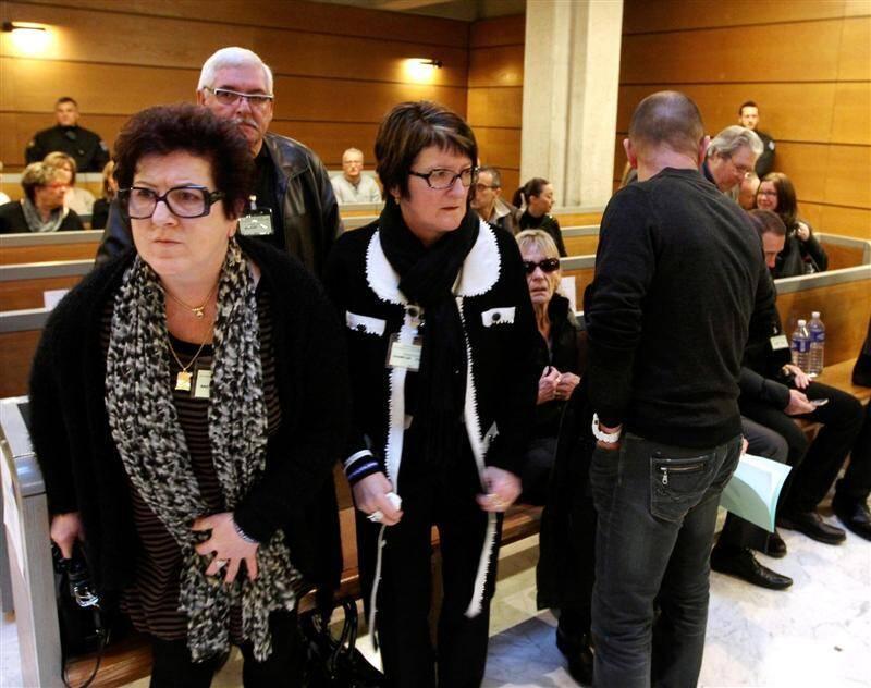 Les parties civiles à leur arrivée au procès. Au centre, la maman d'Alicia Champlon, très éprouvée.