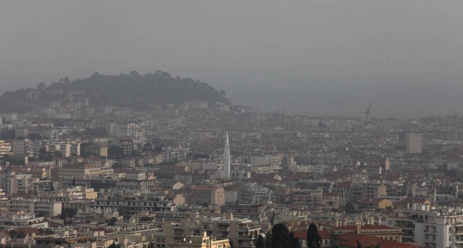 Nice cachée sous un nuage de pollution en mars 2014.