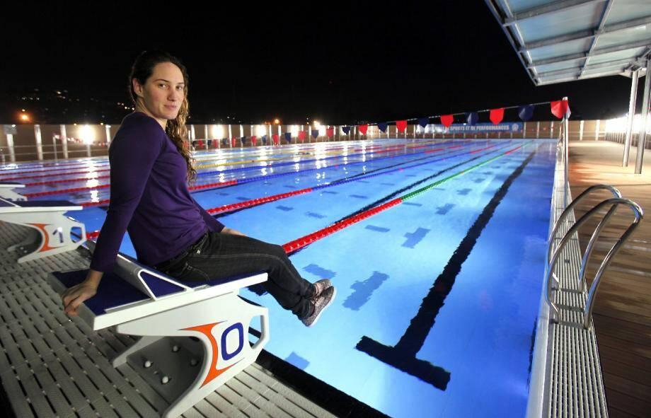 Camillet Muffat au bord du bassin olympique niçois