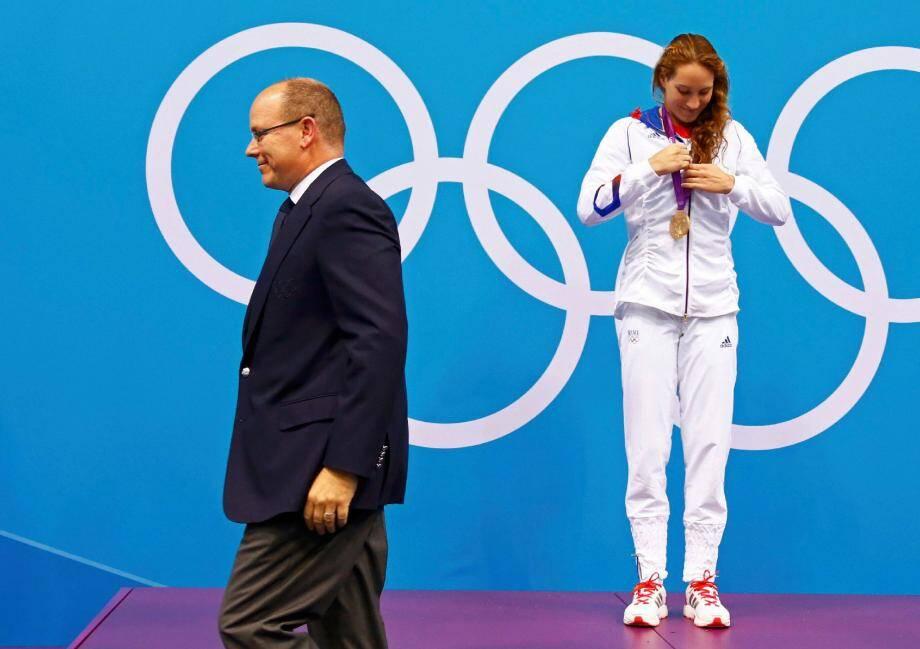Camille Muffat vient de recevoir sa première médaille d'or des mains du prince Albert II pour son exploit sur 400 m nage libre aux Jeux olympiques de Londres en 2012. Un instant d'émotion pour le souverain qui connaît déjà la championne grâce aux événements sportifs monégasques.
