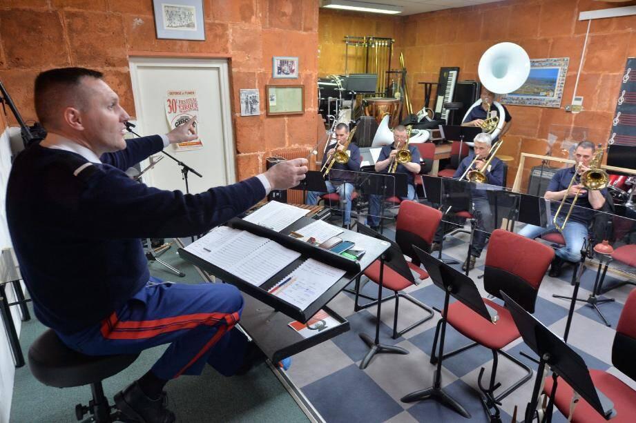 Dans les sous-sols de la caserne du boulevard de Belgique, les carabiniers de l'orchestre répètent par roulement leur concert.