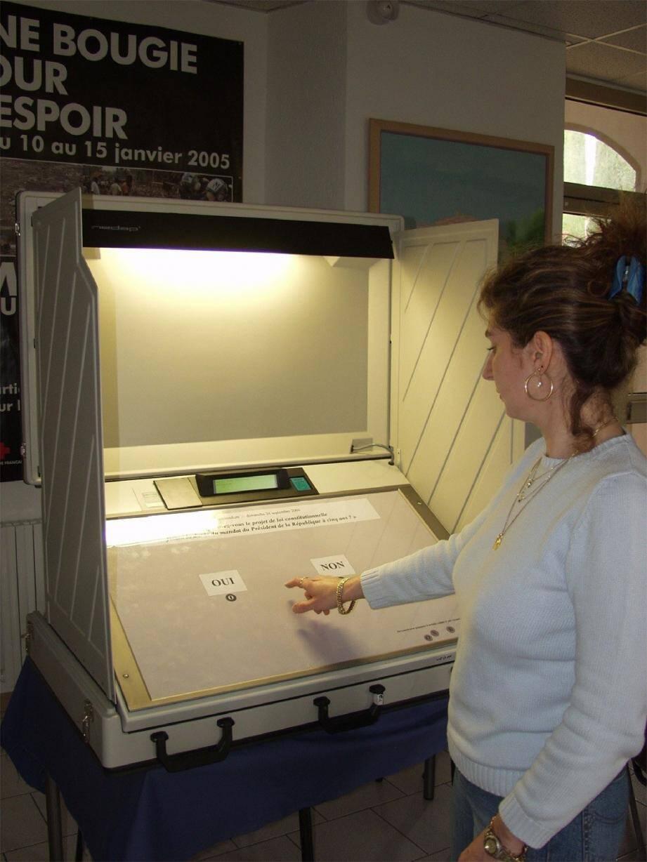 À plusieurs reprises, les opposants d'Henri Leroy ont contesté l'utilisation des machines à voter lors des scrutins.