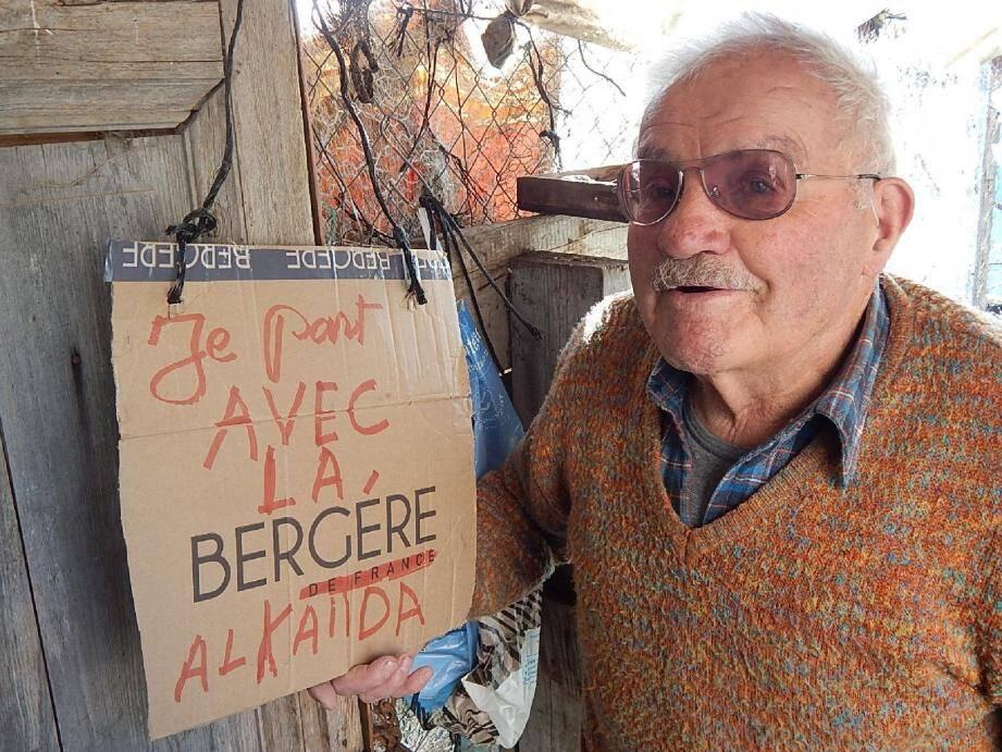 Marcel Dozol devant la pancarte qui a perturbé sa vie bien tranquille.
