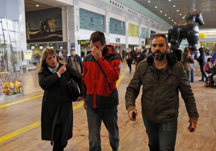 Des proches des victimes, effondrés à l'annonce de la nouvelle, mardi après-midi à l'aéroport El Prat de Barcelone.