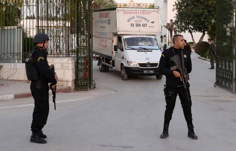 Des gardes armés sont postés devant le musée du Bardo à Tunis, le 23 mars.