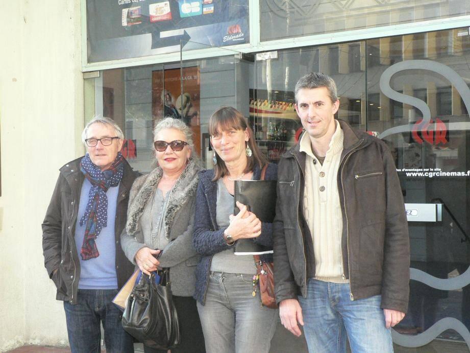 Claire Berthon (au centre) et l'équipe d'« Entretoiles », désabusés par la décision prise par le groupe CGR.