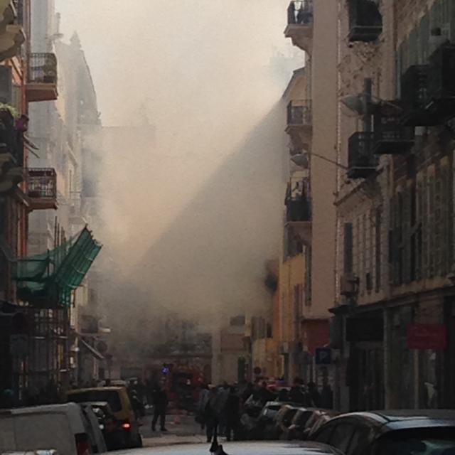 Un incendie s'est déclaré vendredi au premier étage d'un immeuble au 1 rue Raspail à l'angle de la rue d'Alger à Nice.