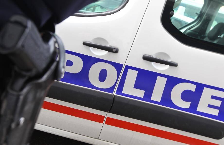 Illustration voiture de police et arme sur policier en 1er plan