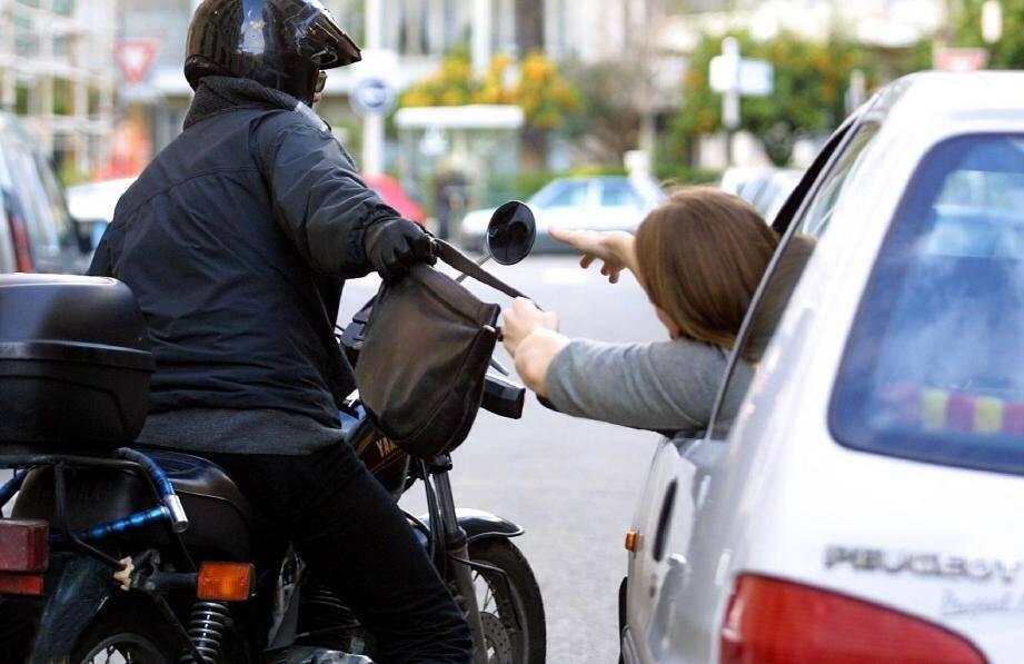 Le voleur, qui agissait en scooter, les abordait, prétextant un accrochage, une crevaison ou une fuite d'huile.