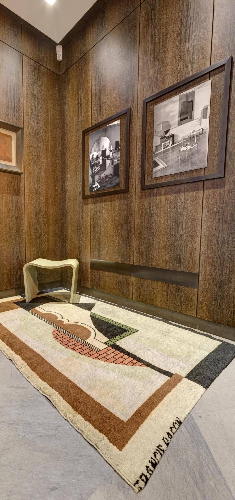 La fondation présente désormais un tapis et un tabouret réalisés par Bacon, dans sa période designer à l'aune des années 30.