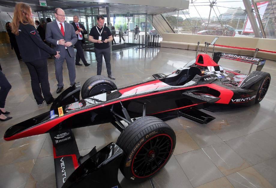 Le prince Albert II devant la Formula E de Venturi.