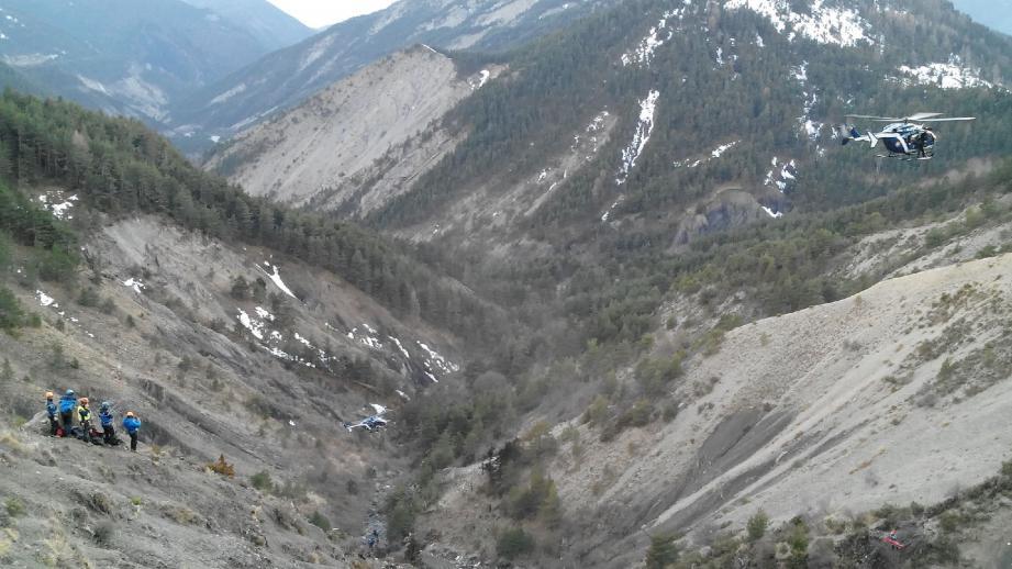 Des proches des victimes du crash de l'A320 de Germanwings sont arrivés samedi après-midi au Vernet (Alpes-de-Haute-Provence), où ils devaient se recueillir devant la stèle érigée à proximité des lieux de la catastrophe.