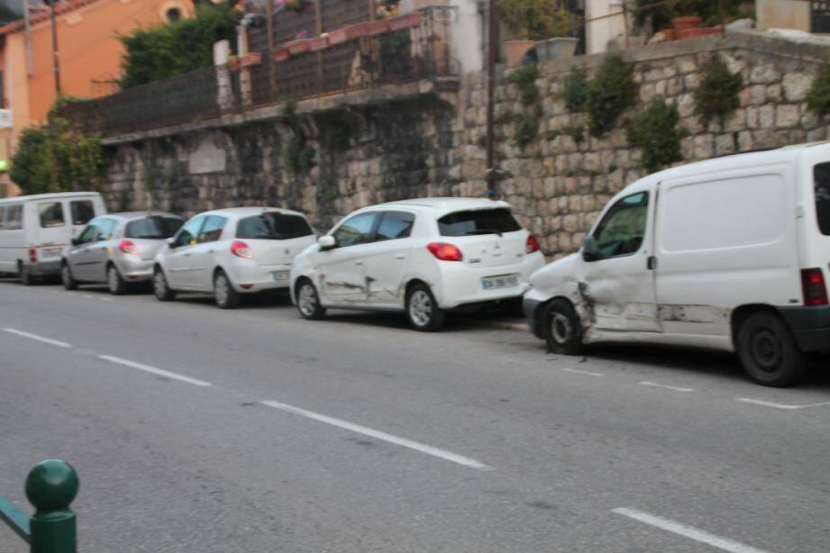 Les voitures garées sur la route à Magagnosc ont été sérieusement endommagées.