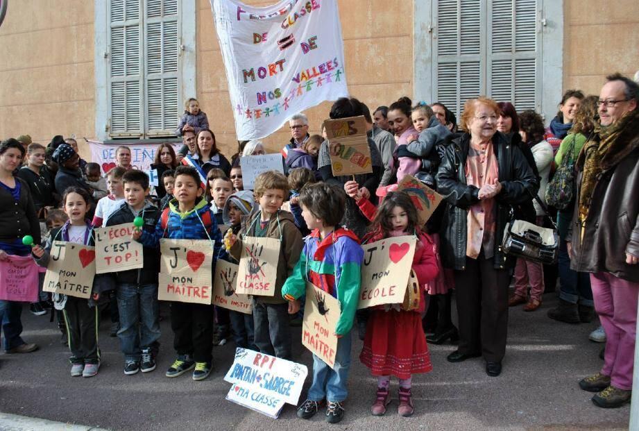 Ici à Fontan dans la vallée de la Roya, hier matin, élèves, parents, enseignants et élus ont manifesté contre la menace d'une fermeture de classe.